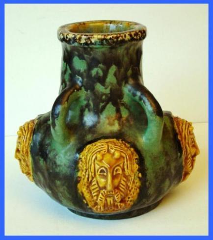 Vase à trois têtes de faunes (1967).